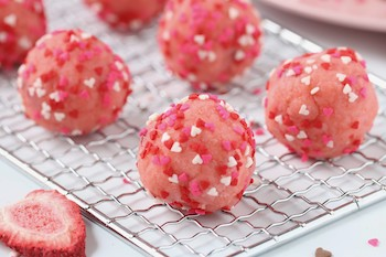 tn strawberry cake balls with heart sprinkles