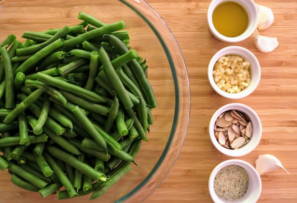 trimmed-green-beans-in-bowl-with-ingredients
